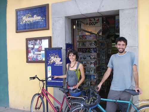 Minia Rex Roman and Carlos Guldris in front of Jenny Star Video Rental in La Antigua   (Tomas Cernikovsky)
