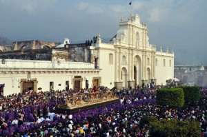 Posición/Position: Mención honorífica / Honorable mention Tema/theme: Semana Santa / Holy Week Título/title: Marea de Fe / Tide of Faith Lugar/place: La Antigua Guatemala Autor/author: Giovani Minera Web: www.jesusenguatemala.com